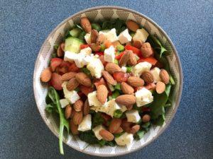 Salade met brie en amandelen